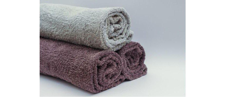 Por que minhas toalhas estão ficando duras?